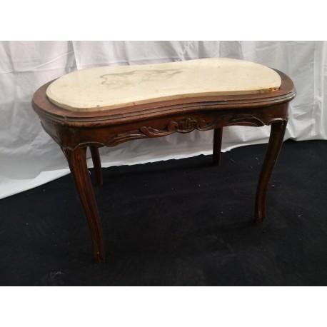 Mesa de madera tallada con mármol