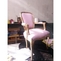 Sillón tapizado en rosa