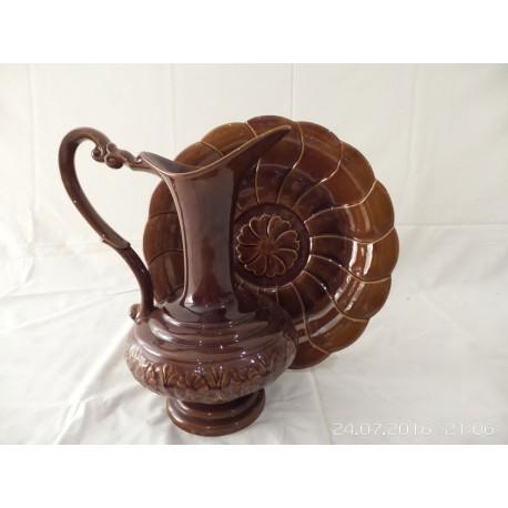 Jarra de cerámica y plato a juego de color marron