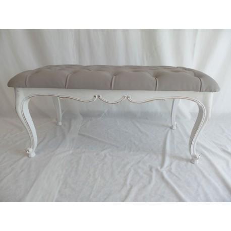 Mesa de madera pintada en blanco decapado y tapizada capitoné para alquilar