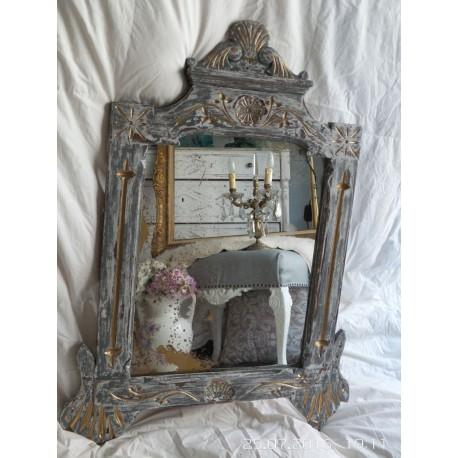 Espejo antiguo descamado en gris con detalles en dorado