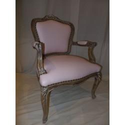 Sillón Luis XV tapizado rosa.